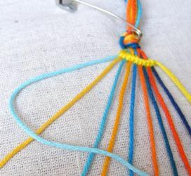 csíkos csomózott karkötő