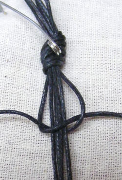 makramé karkötő készíés gyöngyök keretben