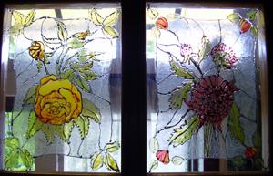 ajtó üvegfestéssel díszítve