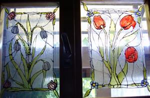 ajtó övegfestéssel díszítve