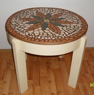 kerek asztal mozaikkal