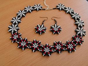 virágos nyakék gyöngyfűzéssel